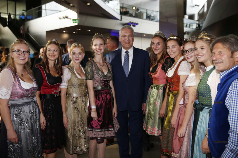 Weinköniginnen mit StM Herrmann